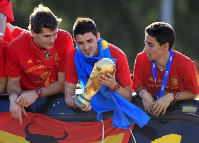 David Villa con la coppa tra i compagni Fernando Llorente (a sinistra) e Jesus Navas (Epa)
