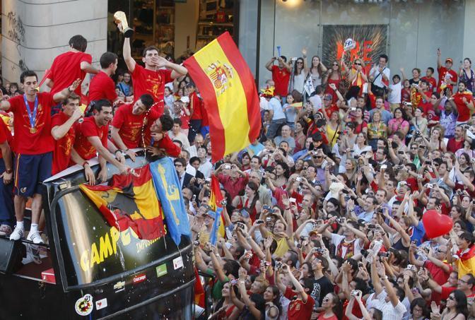 Il capitano Iker Casillas alza la coppa (Ap/Victor R Caivano)