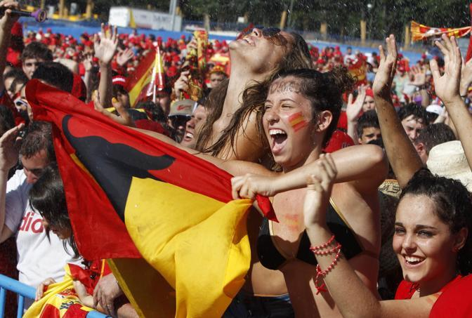 Ore di attesa sotto il sole per i tifosi (Reuters/Gustau Nacarino)