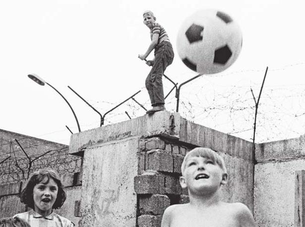 Berlino Ovest, Germania Occidentale, 1963. Foto: Thomas Hoepker, Magnum Photos