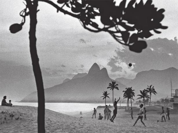 Ipanema, Rio de Janeiro, Brasile, 1958. René Burri, Magnum Photos