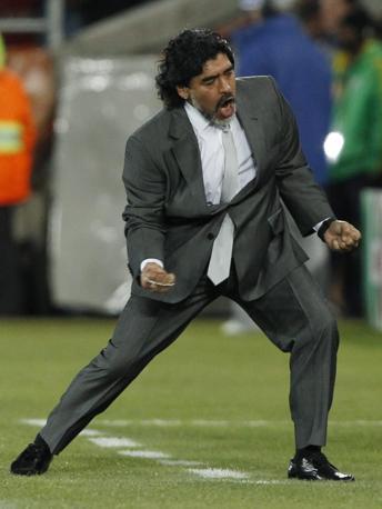 L'esultanza di Maradona è incontenibile dopo il passaggio agli ottavi dell'Argentina: 2-0 alla Grecia, tre partite vinte su tre (Epa)