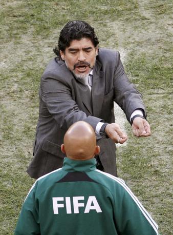 Maradona discute con il quarto uomo (Ap)