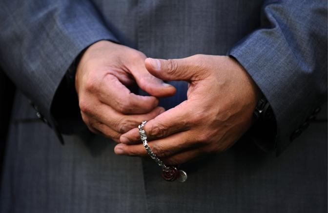 Stringe il suo rosario portafortuna tra le mani (Ap)