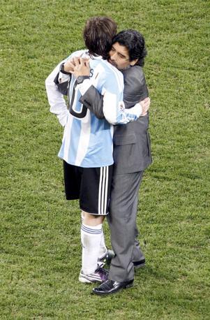 A fine partita Maradona consola Messi (Reuters)