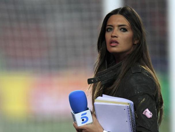 """Sara Carbonero, la fidanzata del portiere spagnolo Iker Casillas, a bordo campo prima dell'inizio della partita della nazionale iberica contro l'Honduras. La giornalista era stata accusata da alcuni media del suo Paese di aver """"distratto"""" il numero uno durante la partita d'esordio (persa inaspettatamente contro la Svizzera) (Reuters)"""