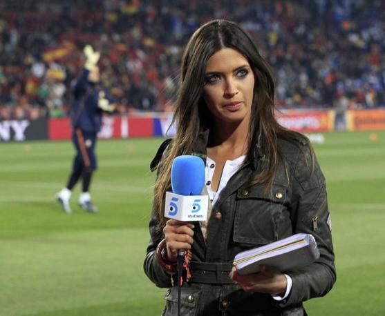 Sara Carbonero e, alle sue spalle, il fidanzato Casillas (Reuters)