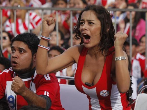 Tifosi del Paraguay esultano al vantaggio dei sudamericani davanti ai maxischermi ad Asuncion (Ap/Jorge Saenz)