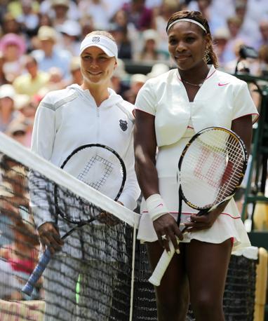Serena Williams e Vera Zvonareva salutano prima di iniziare la finale femminile 2010 di Wimbledon (Ap)