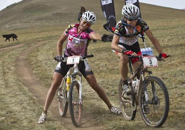 La spinta del leader della classifica Marzio Deho a Carlos Abellan Ossenbach alla fine della tappa