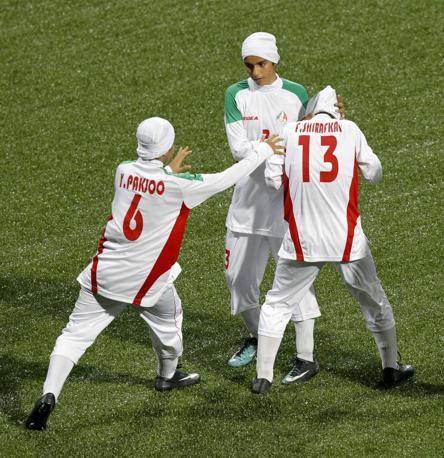 E le sua compagne di squadra accorrono spaventate per quello che, anche se involontario, potrebbe costare caro una volta tornate in Iran (Reuters/Prakash)