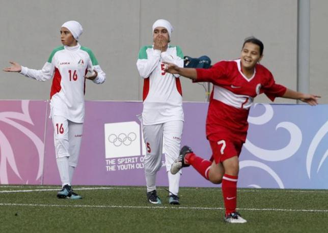 Hilal Baskol festeggia uno dei tre gol della Turchia (Reuters/Kato)
