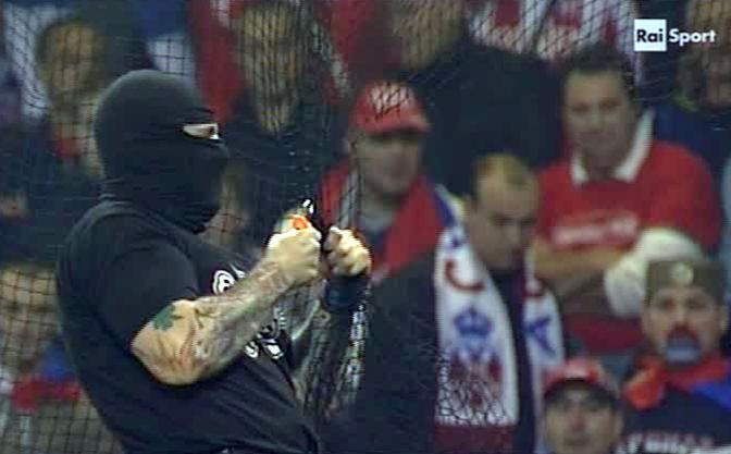 Un momento dei disordini durante la partita Italia-Serbia a Genova in un fermo immagine da Rai 1
