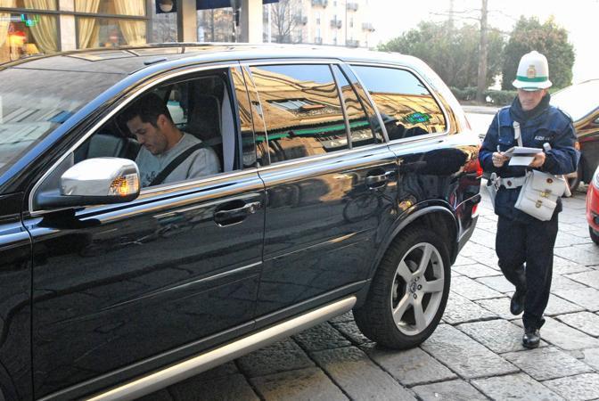 Come era successo qualche settimana fa al suo compagno di squadra Eto'o, anche Julio Cesar � stato multato per divieto di sosta. Il portiere dell'Inter si trovava in piazza Cavour a Como (foto Mattia Vacca)