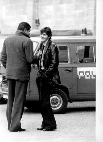 Paolo Rossi nel 1980. Alle spalle un'auto della Polizia. Anche «Pablito» era stato coinvolto nello scandalo sulle scommesse clandestine che aveva messo in ginocchio in calcio italiano (Fotogramma)