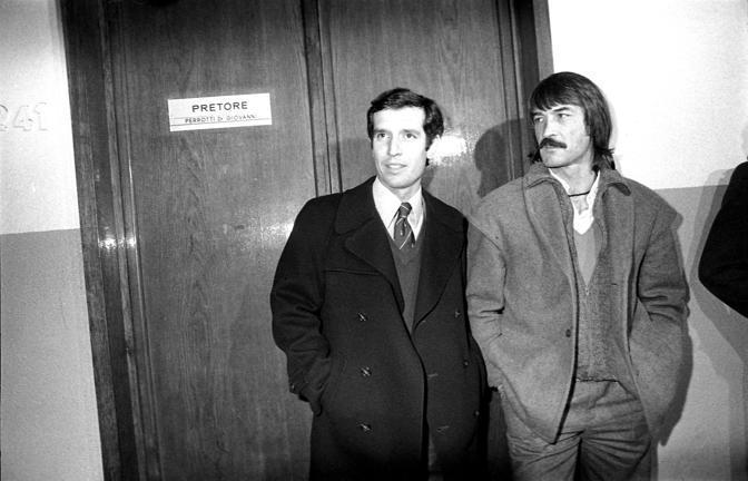 Enrico Albertosi, a destra, con Albertino Bigon. Anche il Milan venne coinvolto nello scandalo e retrocesso in Serie B (Fotogramma)