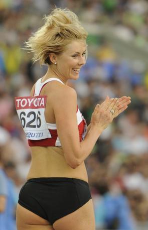 Sulla pedana di salto non c'� stata competizione con la lettone Ineta Radevica, che ha ottenuto la medaglia di bronzo. Ma sul piano del fascino la battaglia � aperta (Afp/Peter Parks)
