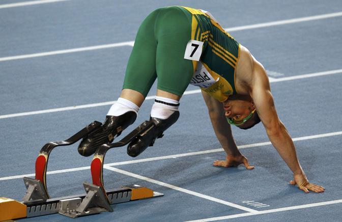 Il sudafricano Pistorius ai blocchi di partenza nella semifinale dei 400 uomini (foto Reuters)
