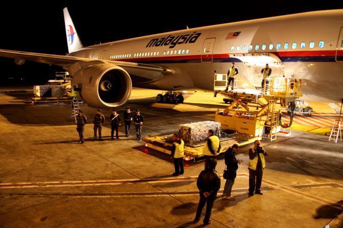 L' arrivo della salma di Marco Simoncelli all' aeroporto di Fiumicino (Ansa)