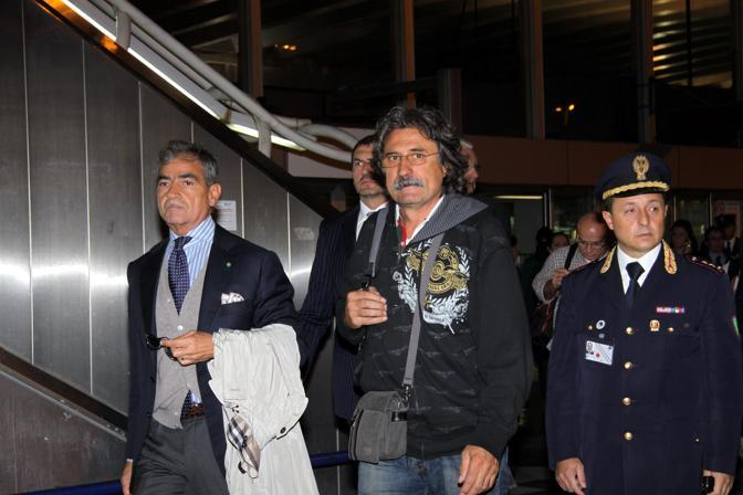 Paolo Simoncelli appena atterrato (Ansa)