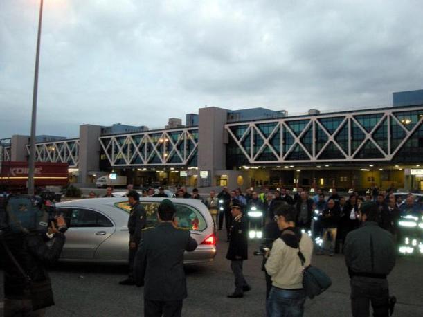 La folla di fotografi intorno al carro funebre che trasporta il corpo di Marco Simoncelli (Ansa)