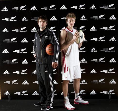 Sam Whitelock e il cestista dell'Olimpia Milano Niccolò Melli