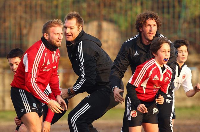 Ali Williams e Mauro Bergamasco in campo con i ragazzi dell'Asr Milano