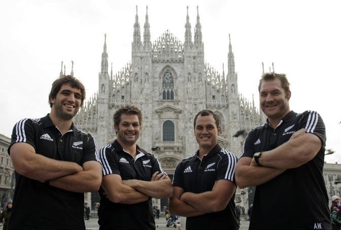 All Blacks a Milano, in bella posa davanti al Duomo: da sinistra, Sam Whitelock, Richie McCaw, Israel Dagg e Ali Williams