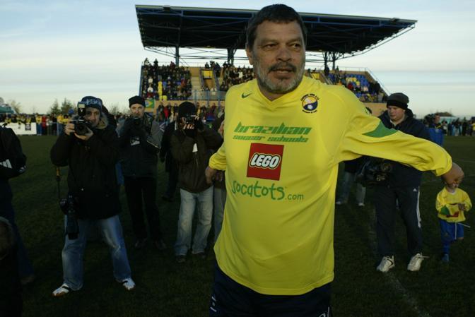 Prima di una partita di calcio del Garforth Town, di cui fu per un breve periodo allenatore-giocatore nel 2004 (Reuters/Bellis)