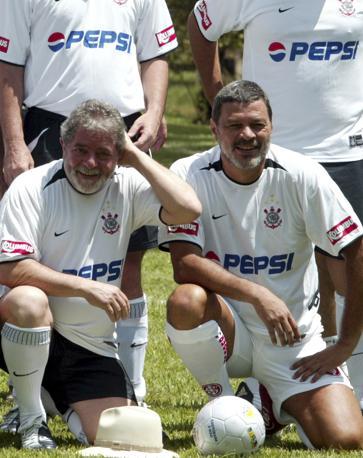 Col presidente Lula, tifoso del Corinthians, squadra storica di Socrates (Reuters/Bittar)