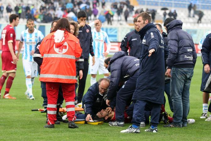 Morosini riceve le prime cure in campo (Italyphotopress)