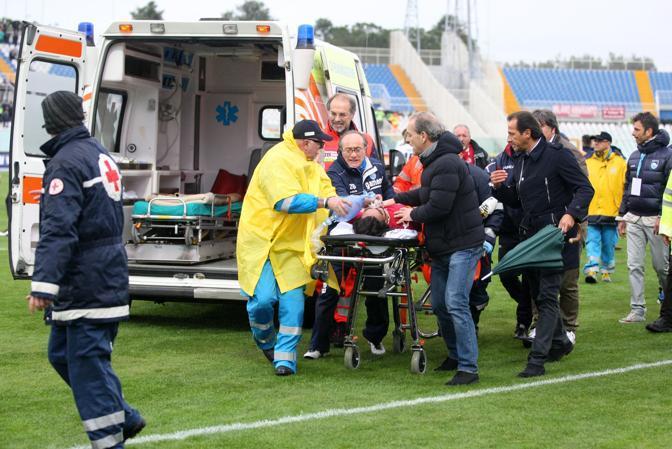 Morosini trasportato in ambulanza (Italyphotopress)