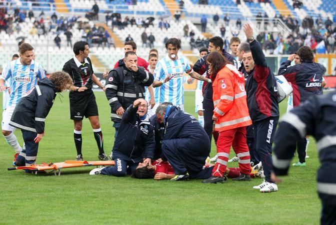 La concitazione di compagni e dirigenti mentre Morosini riceve le prime cure (Italyphotopress)