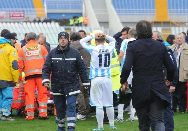 Lo sconforto dei compagni di squadra e degli avversari (Italyphotopress)