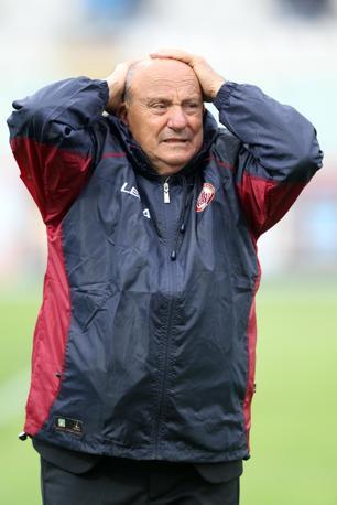 La disperazione di un dirigente del Livorno (Italyphotopress)