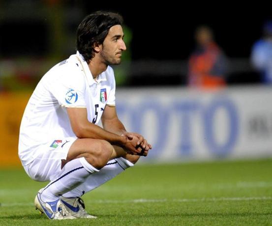 Piermario Morosini è morto in campo. Il calciatore 25enne ha giocato in varie squadre prima di finire al Livorno. È stato anche in Nazionale under 21. Nella foto il centrocampista subito dopo la sconfitta con la Germania il 26 giugno  2009 (Epa)