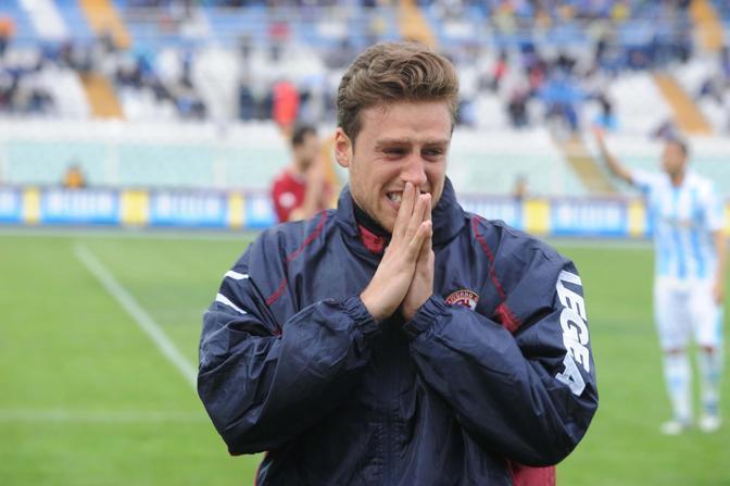 La disperazione di un calciatore del Livorno dopo il malore che ha colpito Piermario Morosini  (Ansa)