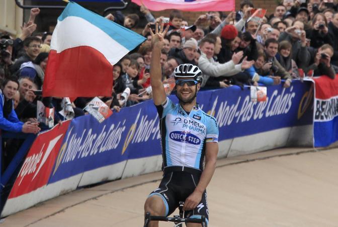 Poco dopo le 16:00 sul traguardo di Roubaix, in Francia, il vallone della Quickstep Tom Boonen può esultare: ha vinto la sua quarta Parigi-Roubaix dopo quelle del 2005, del 2008 e del 2009. Con il poker eguaglia il record del connazionale Roger De Vlaeminck, stabilito negli anni tra il 1972 ed il 1977 (Reuters/Pascal Rossignol)