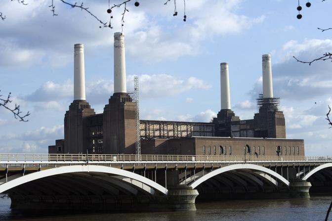 La Battersea Power Station di Londra: la prima centrale elettrica a carbone inglese, costruita negli anni Trenta, è il più grande edificio in mattoni d'Europa (Afp/Medina)