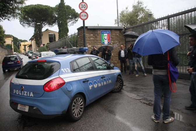Il blitz della polizia a Coverciano al ritiro della Nazionale (LaPresse)