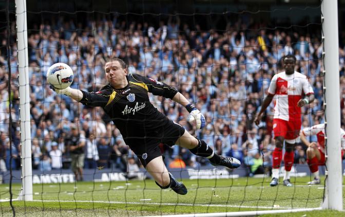 Il portiere del Queens Park Rangers Paddy Kenny non trattiene il tiro di Zabaleta: è l'1-0 del City (Reuters/Staples)