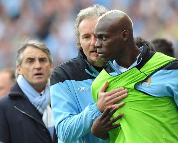 Anche Balotelli, in panchina, ha cercato di intervenire nella rissa: è stato trattenuto, sotto lo sguardo di Mancini (Afp/Ellis)