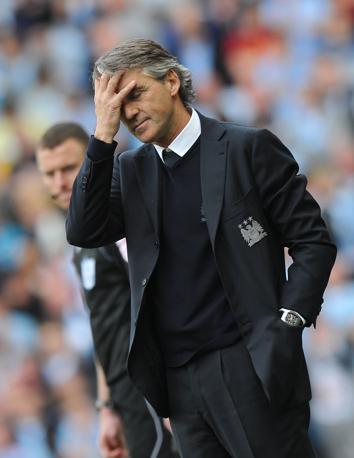 La preoccupazione di Mancini durante la partita, quando il City era sotto 2-1 contro il QPR in 10 uomini (Afp/Ellis)