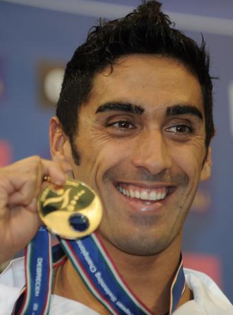 Filippo Magnini con la medaglia d'oro vinta per i 100 metri stile libero agli Europei di nuoto (Afp/Kisbenedeks)