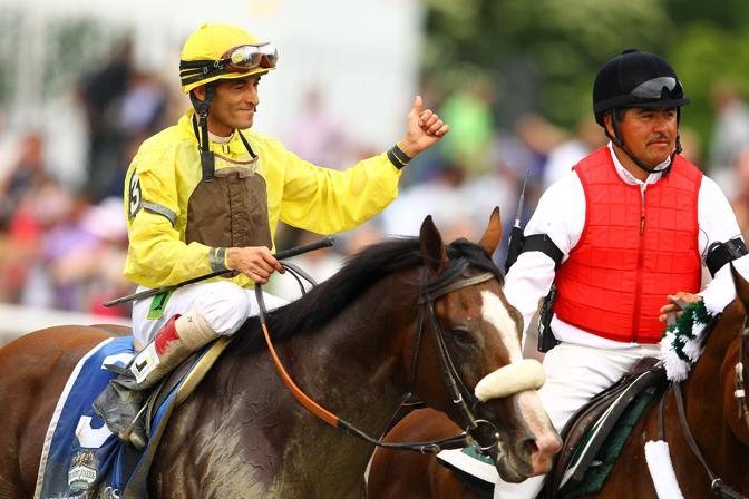 Il fantino John Velasquez  festeggia la vittoria al Belmont Stakes (Afp)