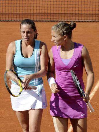 mpresa storica di Sara Errani e Roberta Vinci. Le due tenniste italiane hanno vinto il torneo di doppio del Roland Garros battendo in finale la coppia russa formata da Maria Kirilenko e Nadia Petrova. Le azzurre si sono imposte in tre set con il punteggio di 4-6, 6-4, 6-2. È la prima volta nella storia del tennis femmninile che una coppia interamente italiana conquista un titolo dello Slam (Epa/Keraba)