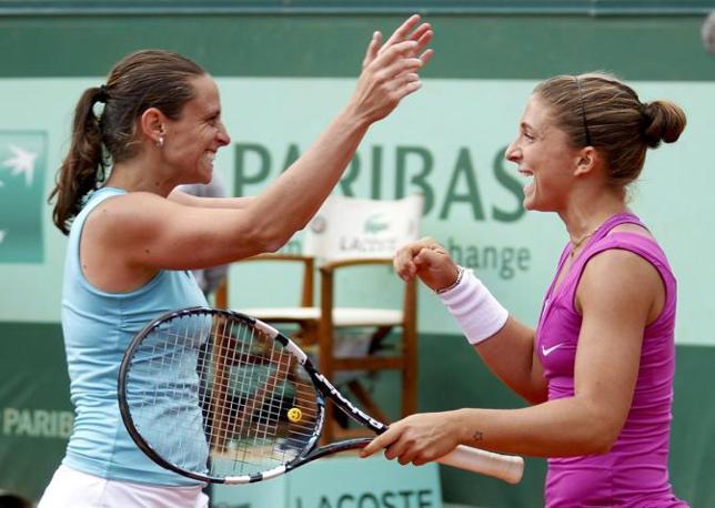 Le due azzurre festeggiano la vittoria (Reuters/Duvignau)