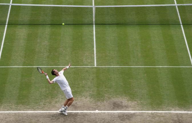 Andy Murray al servizio nel primo set della finale con Federer (Ap)