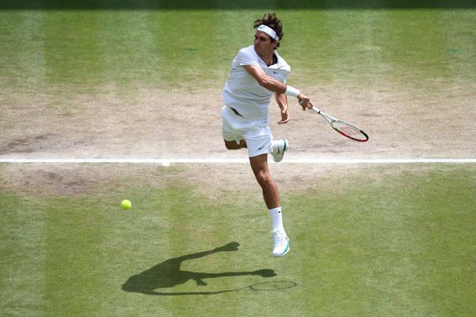 Il dritto di attacco di Federer che entra dentro il campo e sorprende il rivale (Ap)