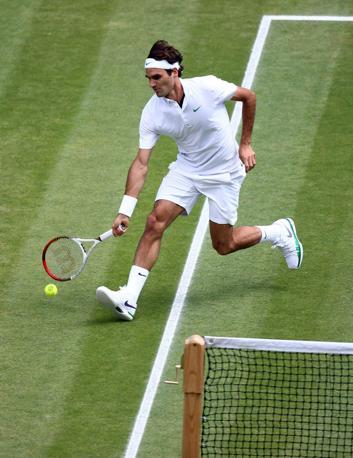 """Un Federer in """"surplace"""" tenta di fare il colpo sotto rete (Ap)"""
